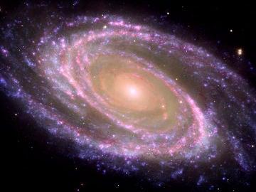 Ejemplo de galaxia espiral cercana, M81, donde se identifica el bulbo (la parte central rojiza) y el disco (