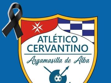 Escudo del Atlético Cervantino con un crespón negro en señal de luto por los fallecidos