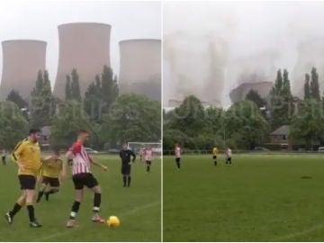 Brutal demolición de cuatro torres de una central eléctrica durante un partido de fútbol