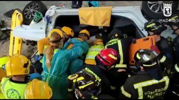 Rescatan a una joven atrapada en su vehículo tras sufrir un accidente en la M-40 de Madrid