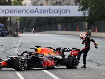 Verstappen da una patada al neumático trasero izquierdo en el Gran Premio de Azerbaiyán