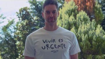 Pau Gasol, con la camiseta de Pau Donés 'Vivir es urgente'