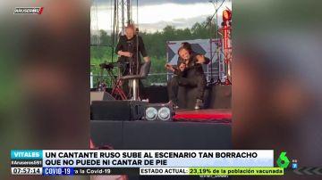 Un cantante se sube al escenario ebrio y tiene que dar el concierto sentado para no caerse
