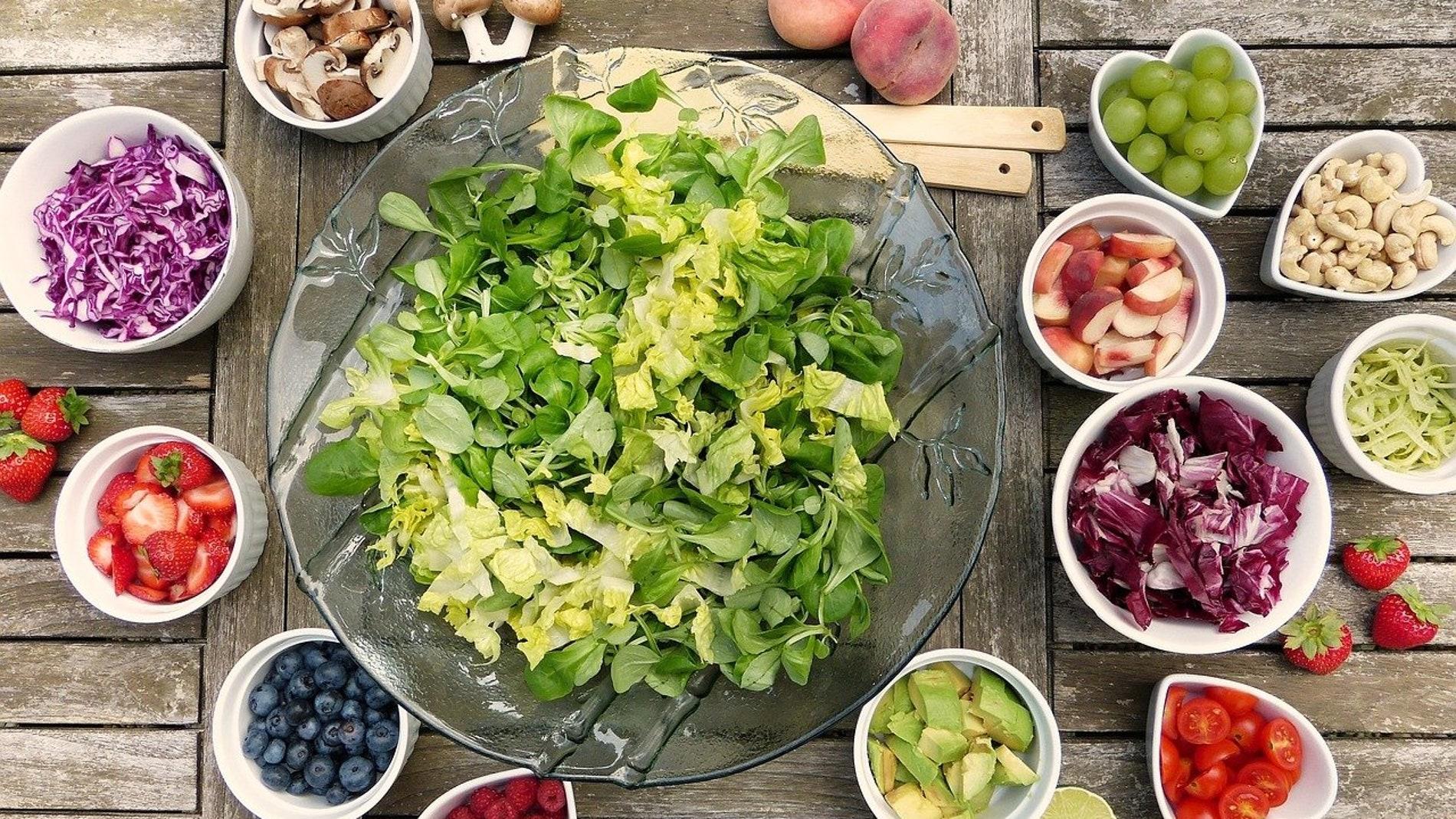 ensalada con varios tipos de acompañamientos vegetales