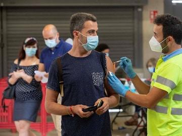 Vacunan con Pfizer a un hombre en el Estadio Nueva Condomina de Murcia
