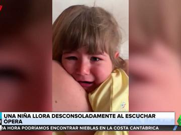 Una niña rompe a llorar emocionada al escuchar una ópera de Puccini