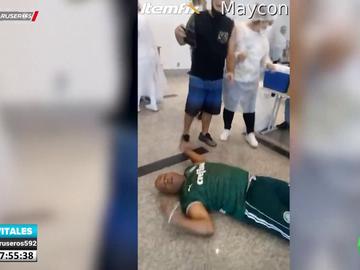 La exagerada reacción de un hombre que llega a desmayarse tras vacunarse contra el COVID-19