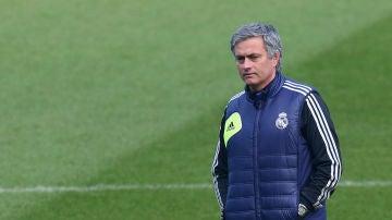 José Mourinho, en un entrenamiento dirigiendo al Real Madrid