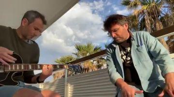 Jordi Évole canta 'Grita' para homenajear a Pau Donés un año después de su muerte