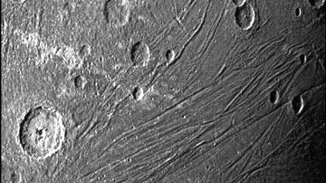 Imagen del lado oscuro de Ganímedes obtenida por la cámara de navegación de la Unidad de Referencia Estelar
