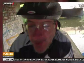 Graba el momento en el que choca de frente con otro ciclista