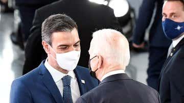 El presidente del Gobierno, Pedro Sánchez, conversa con el mandatario de Estados Unidos, Joe Biden.