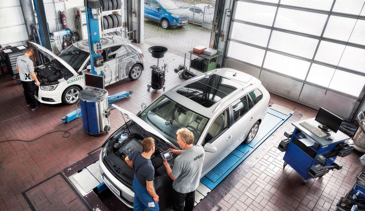 Revisar el coche en un taller