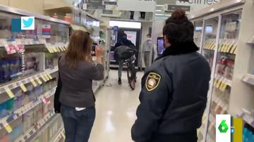 El robo más surrealista: un guardia de seguridad graba a un ladrón mientras lo deja escapar