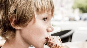 niños comiendo un helado de chocolate