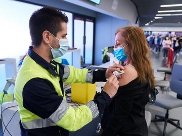 Un sanitario vacuna a una mujer en el Wanda Metropolitano