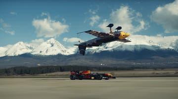 Red Bull RB7 vs un avión de competición invertido Extra 300 SR