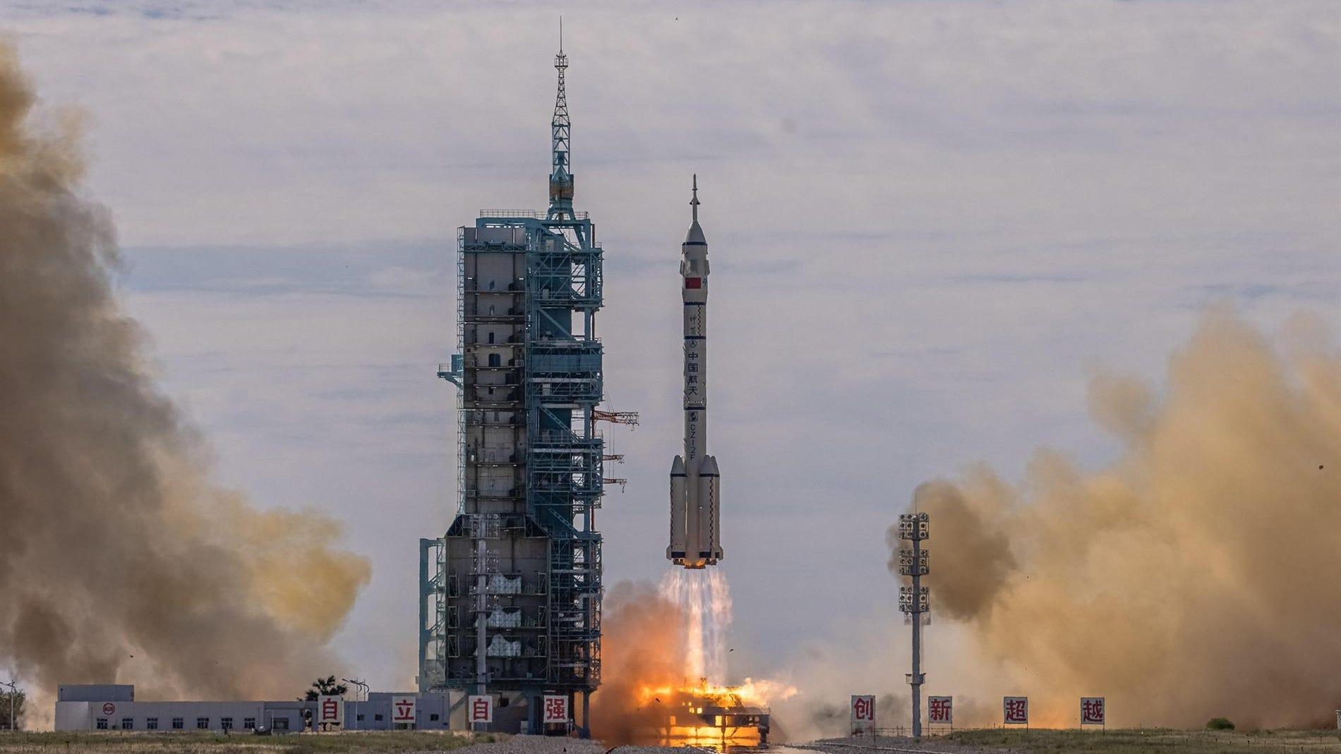 China envia tres astronautas a su nueva estacion espacial