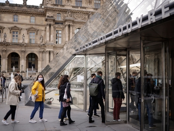 Visitantes con mascarilla esperaban su turno para entrar en el Museo del Louvre, en París, el pasado mes de mayo
