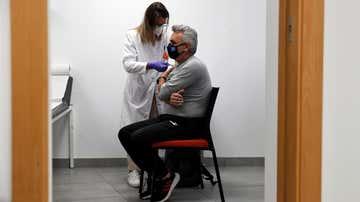 Un trabajador recibe la primera dosis de la vacuna en la sede de su empresa.