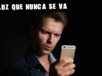 Imagen de archivo de un hombre con el móvil