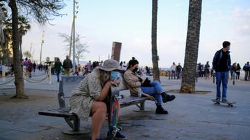 Un grupo de personas en la playa de la Barceloneta