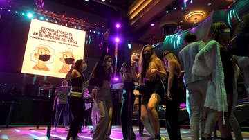 Unos jóvenes bailan en una discoteca