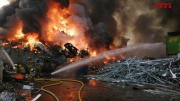 Imagen del incendio en un depósito de chatarra en Barcelona.