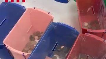 Huchas con monedas de una fundación cuyos directivos han sido detenidos por estafa