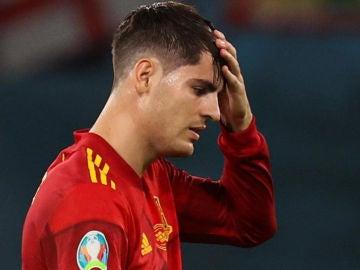 Álvaro Morata se lleva la mano a la cabeza