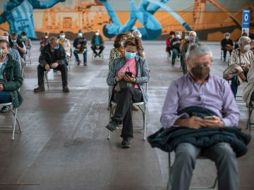 Ciudadanos en Ourense tras recibir la vacuna