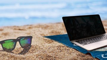 Imagen de archivo de un ordenador en la playa