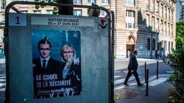 Un cartel de Le Pen destrozado antes de las elecciones regionales en Francia