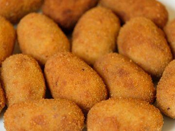 Imagen de archivo de un plato lleno de croquetas