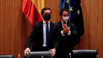 El líder del Partido Popular, Pablo Casado, acompañado por el diputado Teodoro García Egea, antes de presidir la reunión plenaria