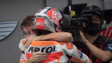 Marc Márquez se abraza con un miembro de Honda