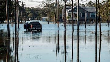 Un coche atrapado durante la tormenta tropical en Alabama
