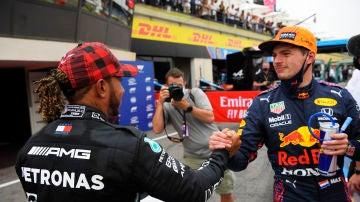 Lewis Hamilton y Max Verstappen se saludan tras el GP de Francia