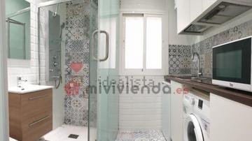 Del váter al fregadero y de la ducha al microondas: la indignante oferta publicada en Idealista