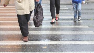 Peatones cruzando un paso habilitado