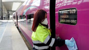 Una operaria prepara uno de los vagones antes de la salida del tren del nuevo servicio de alta velocidad de bajo coste Avlo, de Renfe, en la estación de Madrid Atocha