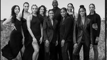 Michael Jordan junto a nueve de las 11 mujeres que ha fichado para 'Jordan Brand'