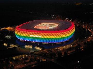 Allianz Arena iluminado con los colores de la bandera del orgullo LGTB