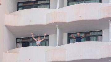 Dos jóvenes que se encuentran confinados en el hotel punto COVID de Palma Bellver, en Mallorca
