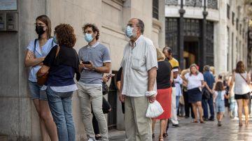 Varias personas hacen cola frente al Banco de España de València para cambiar pesetas a euros