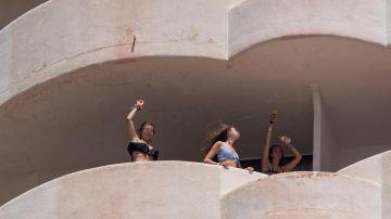 Tres jóvenes que se encuentran en aislamiento tras tener relación directa o indirecta con el brote por COVID-19 de un viaje de estudios en Mallorca.