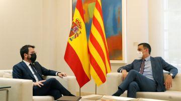 Pedro Sánchez conversa con el presidente de la Generalitat, Pere Aragonès