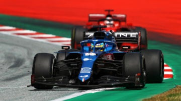 Fernando Alonso, por delante de un Ferrari