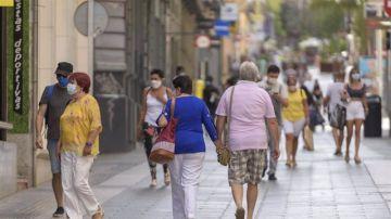 Gente paseando por Tenerife con mascarillas