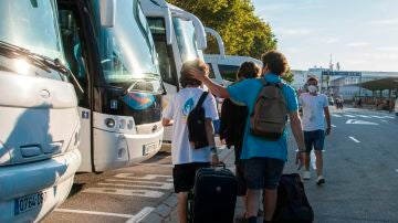 Jóvenes fletando autobuses para salir de Valencia tras abandonar Mallorca